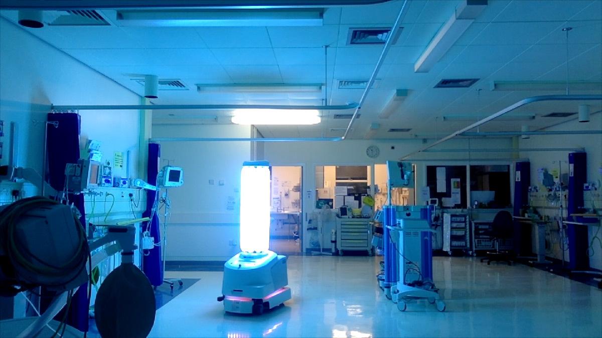 Hôpital avec un robot de lumière UV-C pour la désinfection