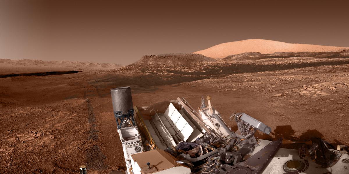 Panorama depuis le rover Curiosity de la planète Mars au niveau du sol