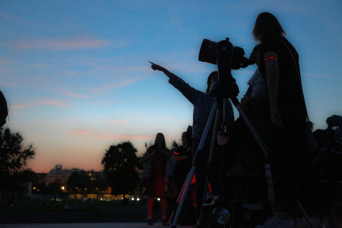 Observateurs du ciel au crépuscule du soir