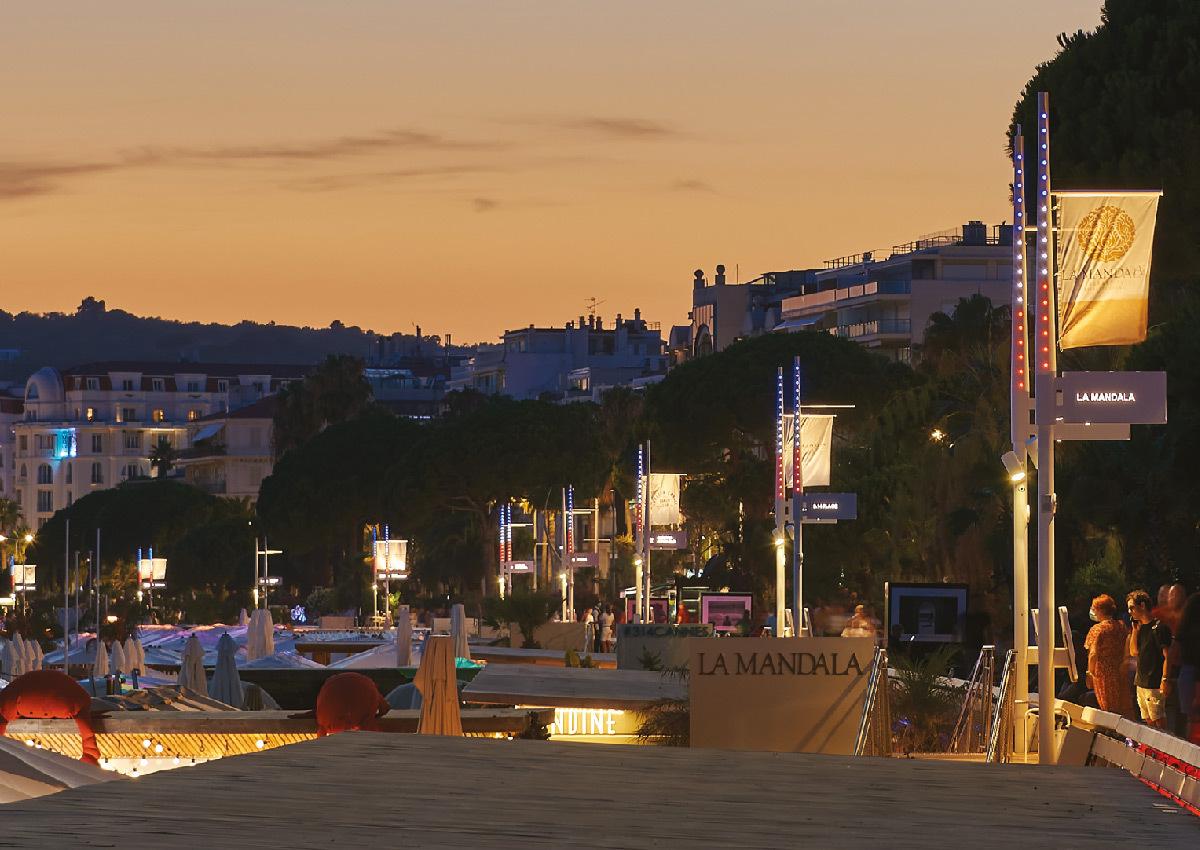 Lumière du jour au crépuscule du soir et éclairage du mobilier urbain