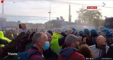 Porto Trieste   Idranti sui manifestanti che gridano: Libertà! Libertà!   Video