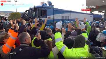 Libertà? Porto di Trieste sgomberato con cariche e idranti su manifestanti pacifici