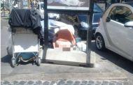 Roma - Spunta nuova foto shock: donna defeca in Piazza dell'Esquilino