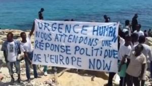 Profughi sulla scogliera  a Ventimiglia