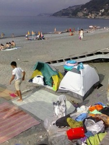 tende sulle spiagge di Voltri