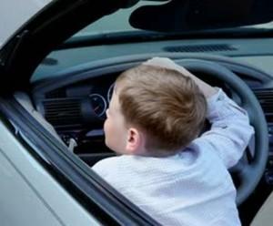 12enne alla guida di un'auto