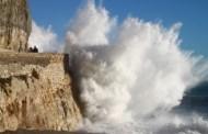 Liguria, vento forte e mareggiate creano disagi diffusi. Onda colpisce autobus nel Levante genovese