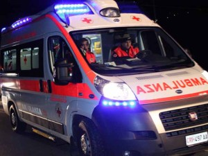 Ambulanza travolge e uccide donna in bici