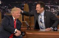 Trump non porta il parrucchino e accetta di farsi spettinare al Tonight Show