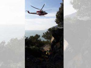 Elicottero soccorre un uomo caduto sull'isola Palmaria