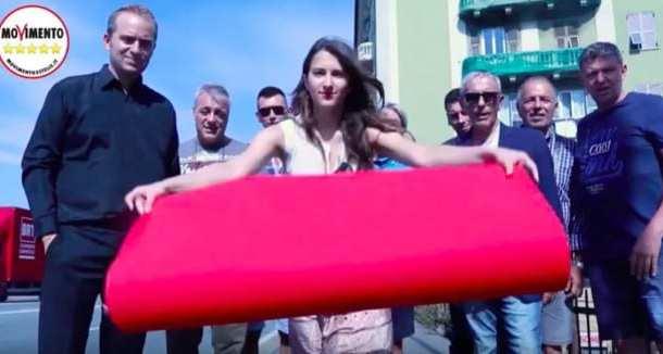 Genova, M5S stende red carpet sul ponte di Cornigliano.