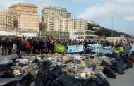 Volontari ripuliscono la spiaggia alla Foce