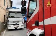 Camion resta incastrato in via Mogge, intervento dei Vigili del Fuoco