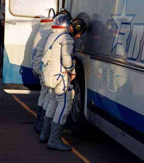 Космонавты писают на колесо автобуса