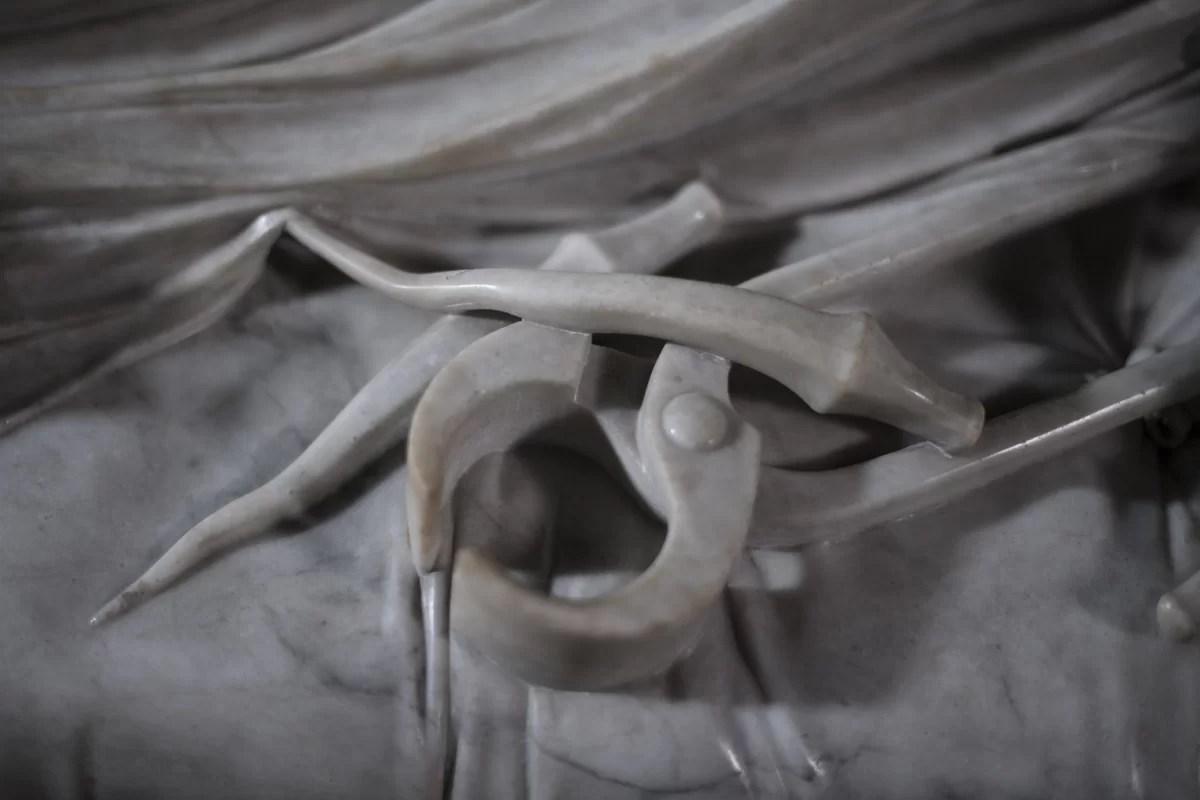 Dettaglio del Cristo Velato, chiodi e tenaglia