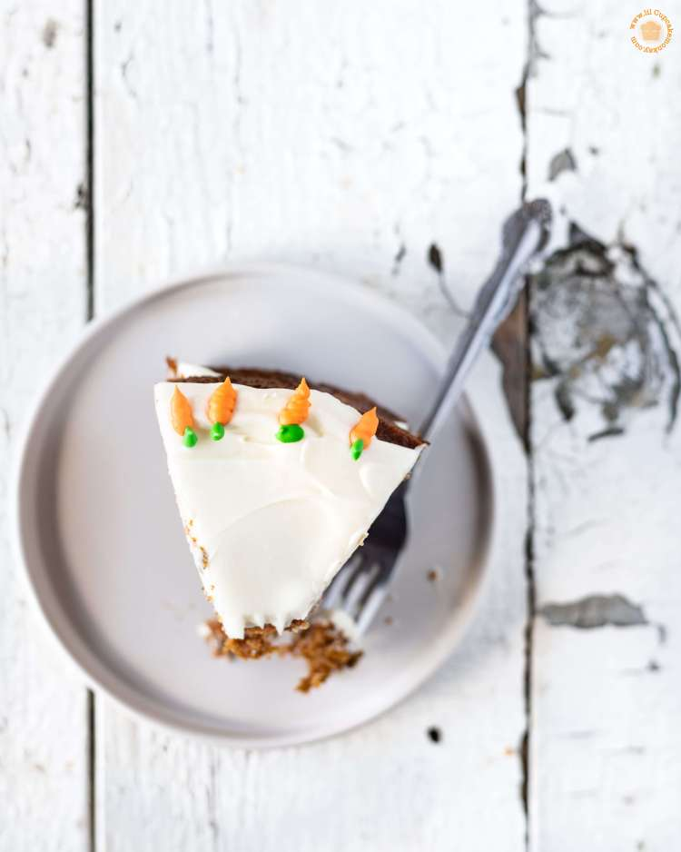 brown butter carrot cake with carrot sprinkles and cream cheese frosting | lilcupcakemonkey.com