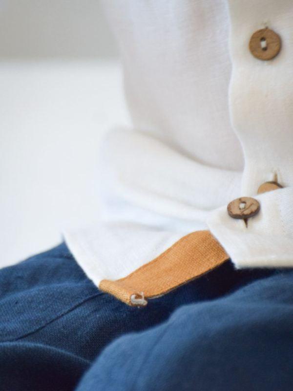 biala-koszula-dla-chlopca-karmelowe-dodatki-kokosowe-guziki-granatowe-spodnie-dla-chlopca-szyte-w-polsce-lilen