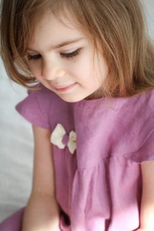 dziewczeca-rozowa-wrzosowa-sukienka-dla-dziewczynki-z-kokarda-ecru-subtelna-wyjatkowa-niebanalna-lilenstore