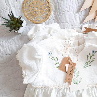 oryginalna-sukienka-na-chrzest-z-naturalnych-materialow-z-motywem-roslinnym-handmade-lilen