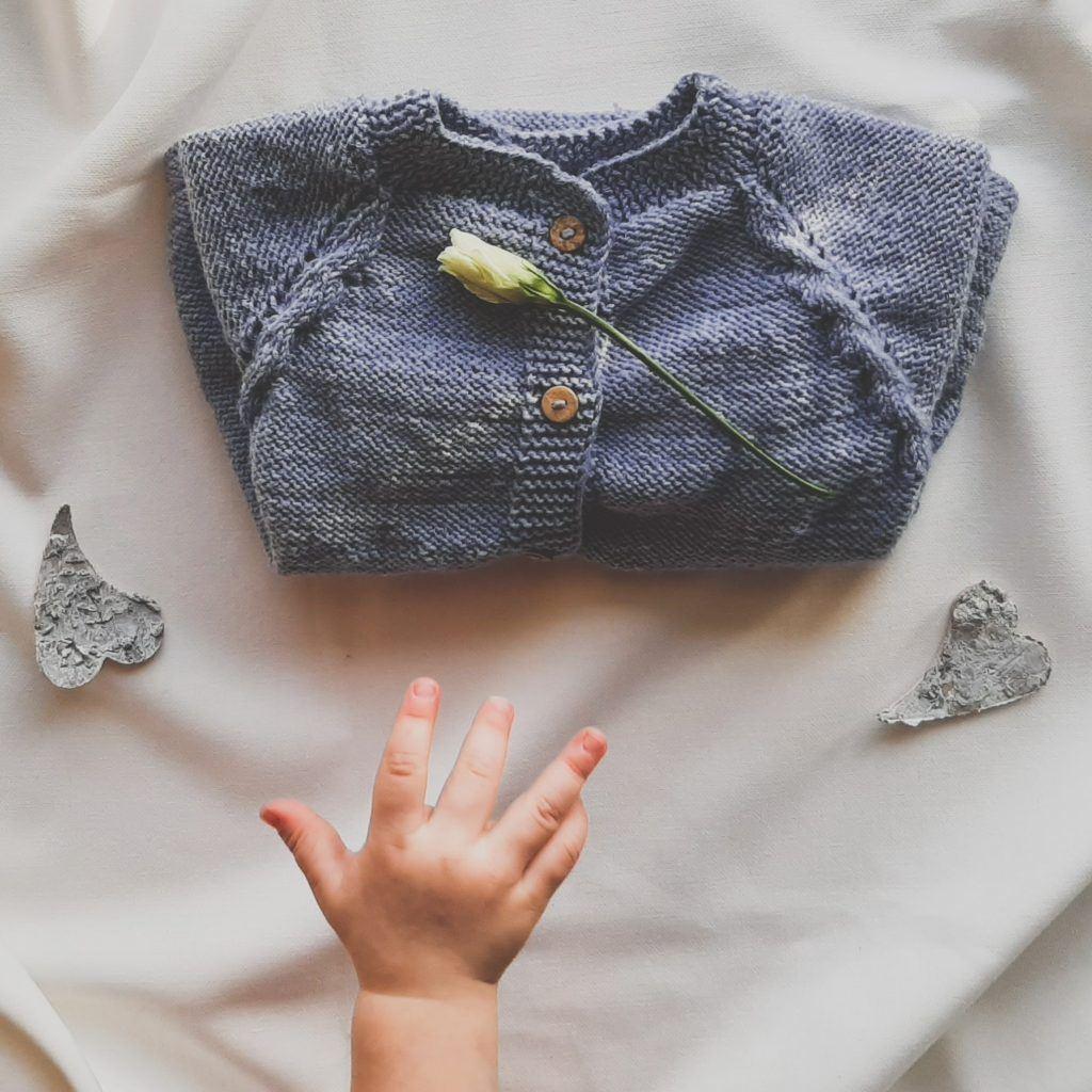 sweterek-dla-dziewczynki-lilen-newbie-lawendowy-recznie-robiony-z-welny-merino-na-prezent-74-80-86