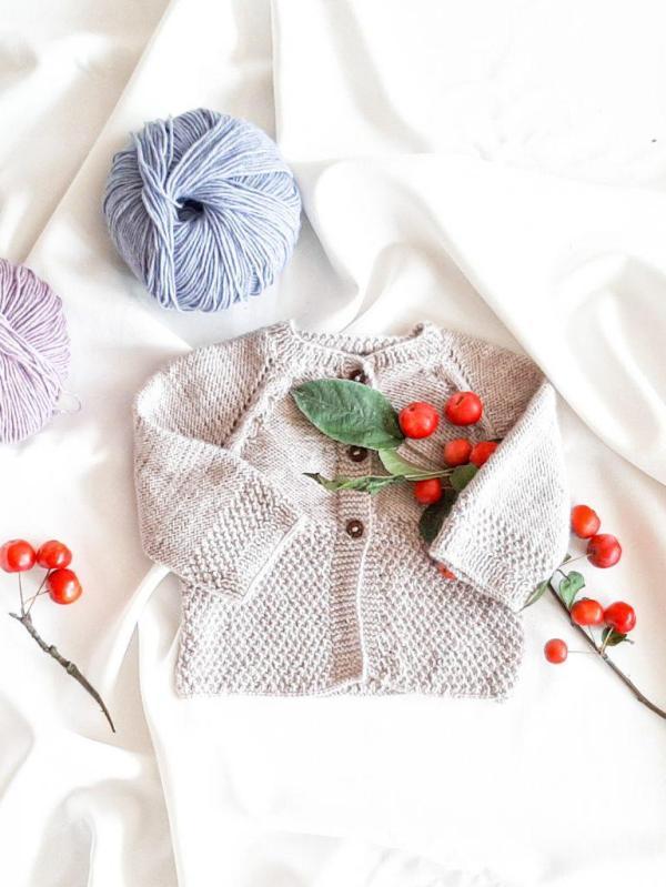 jasny-bez-sweterek-rozpinany-dla-niemowlaka-dziewczynki-chlopca-62-68-2-3-4-miesiace-na-drutach-vintage-na-guziczki-lilen