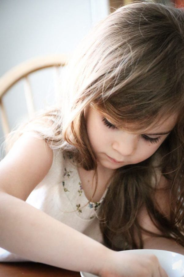lniane-ubranka-dla-dzieci-jasne-pastelowe-naturalne-made-in-poland-lilen-dziewczynka-ubrana-w-lniana-sukienke