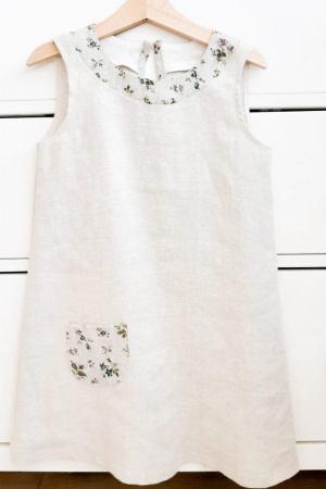 Lniana sukienka w drobne kwiatuszki, bez rękawków, zapinana na guziczek, z małą kieszonką dla dziewczynki