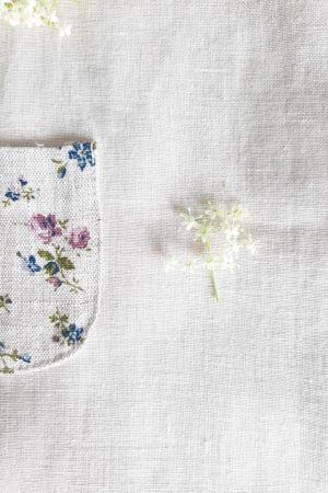 ubranka-dla-dzieci-handmade-szyte-recznie-w-polsce-naturalne-zdrowe-antyalergiczne-materialy-proste-minimalistyczne-fasony-rozowe-niebieskie-kwiatki-dla-dziewczynki-kwiaty-bzu-czarnego-z-kieszonka-lilen-audrey