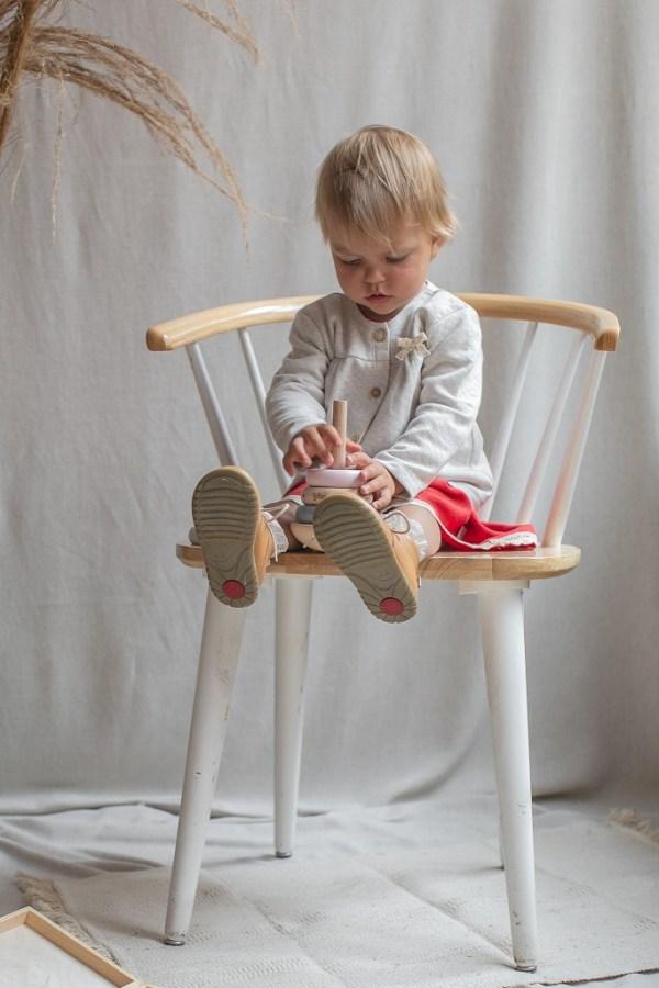 bezowy-sweter-dla-dziewczynki-74-80-86-92-104-68-62-na-chrzest-lilen-krzeslo-vintage-slaska-prohibicja-emel-zabawki-montessori