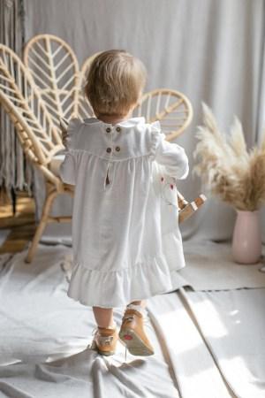 elegancka-biala-sukienka-dziecieca-haftowana-w-poziomki-do-chrztu-buciki-emel-fotel-bohoswing-bebe-lilenelegancka-biala-sukienka-dziecieca-haftowana-w-poziomki-do-chrztu-buciki-emel-fotel-bohoswing-bebe-lilen