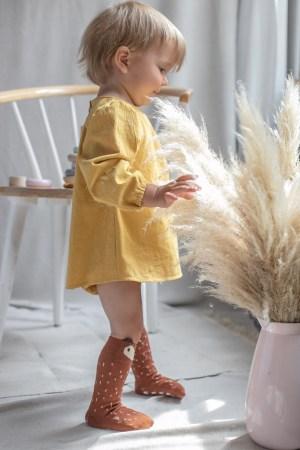 jesienne-ubranka-dla-dzieci-kolor-zolty-miodowy-musztardowy-retro-skarpetki-liski-podkolanka-liski-mamas-feet-boho-dekoracje-lilen.