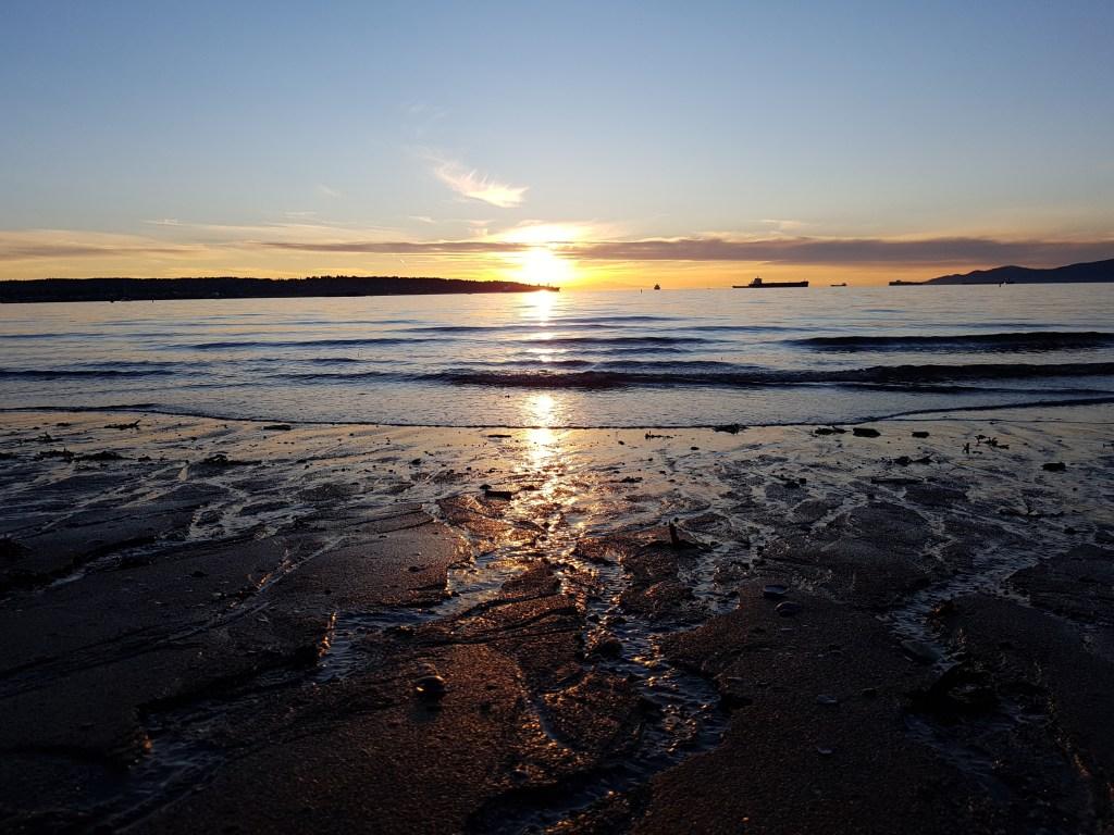 Coucher de soleil depuis la plage d' English Bay