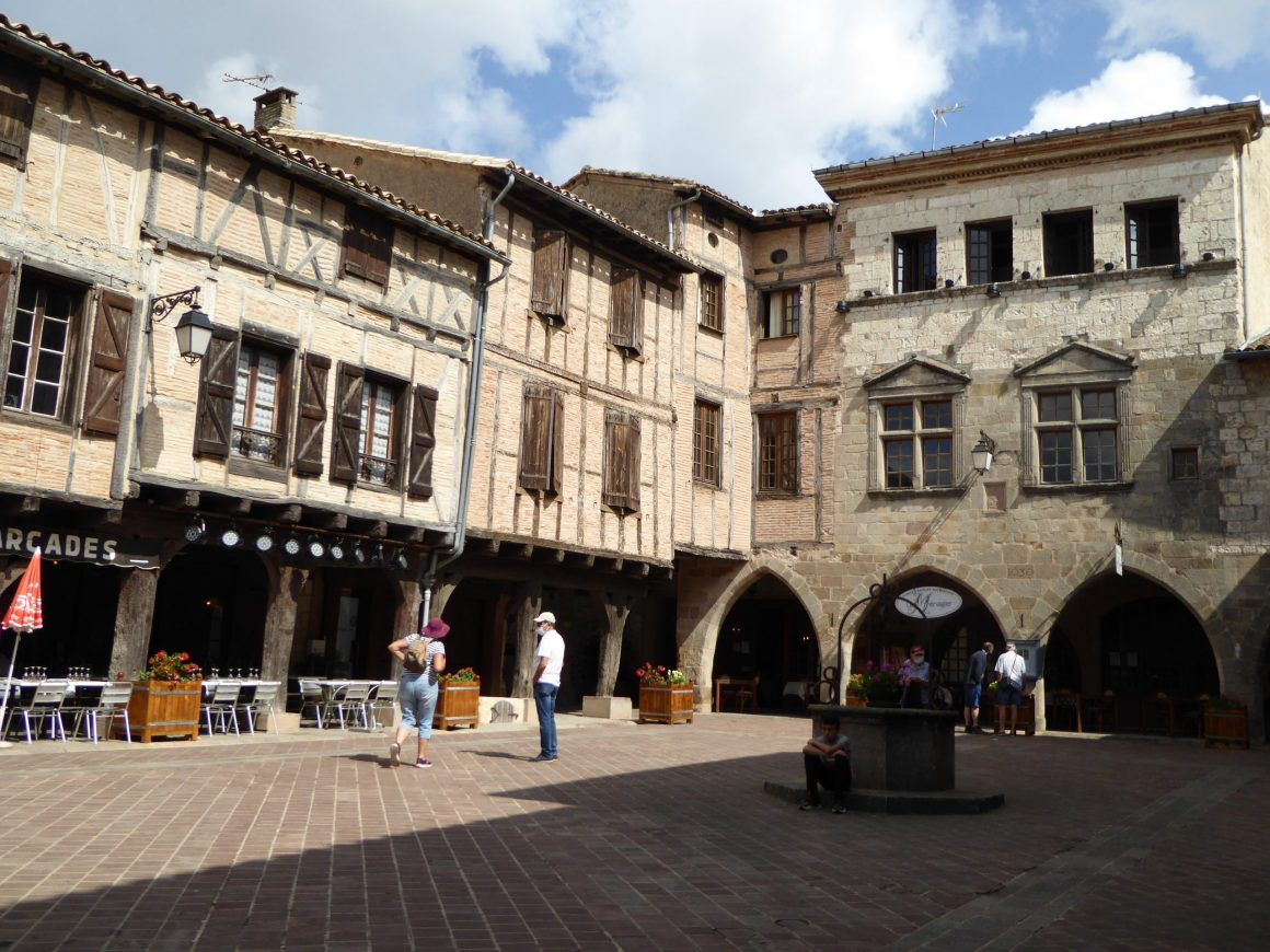 Place des arcades - Castelnau-de-Montmiral