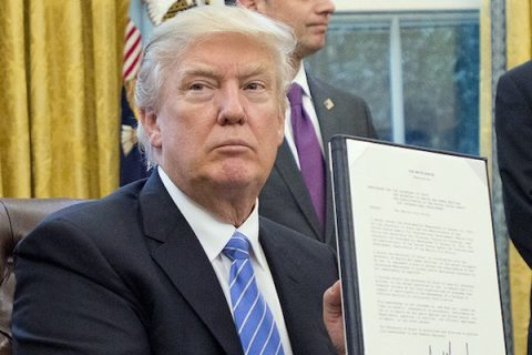 Image Trump signs order
