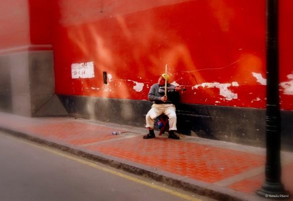 Un señor ocupando un espacio público y contribuyendo a una cultura artistica en el centro de Lima.