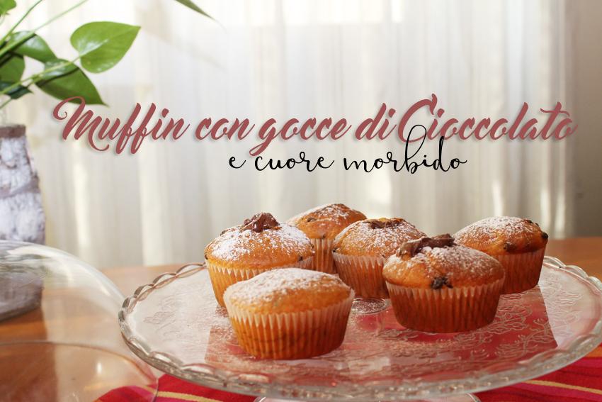 Muffin con gocce di cioccolato e cuore morbido, un confort food per la colazione