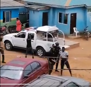 Man who recorded a video of Ajuwon policemen assaulting a Sports journalist has allegedly been arrested lindaikejisblog