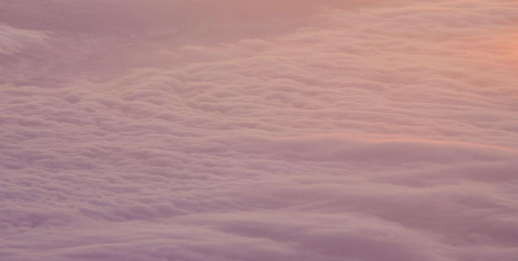 10 tips om een lange vlucht te overleven travel uitgelicht airplane view vliegtuig uitzicht wolken roze zonsopkomst lifestyle by linda reis blogger travel blogger