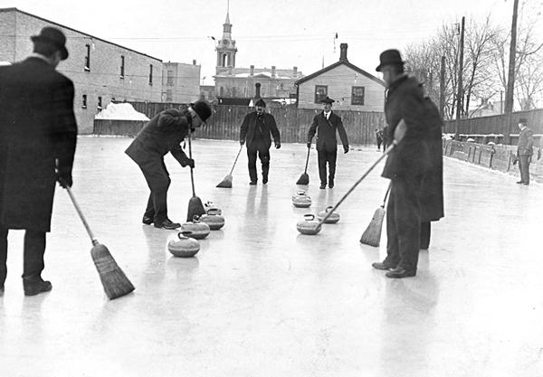 Varför ger curlingspelarna alltid stenen en skruv?