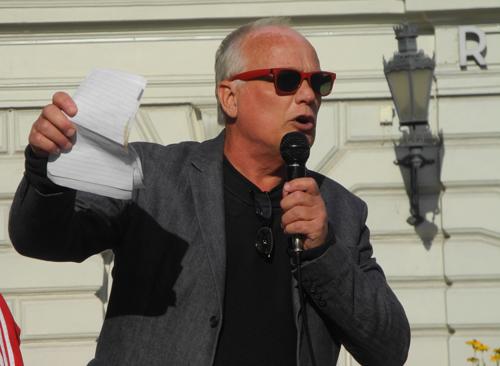 Kjell Eriksson talar på Stora torget i Uppsala 4 september 2015.
