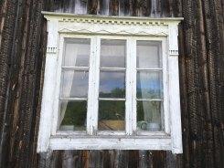 Det största fönstret mitt på huset.