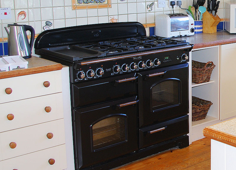 self catering cottage Cornwall - kitchen cookers