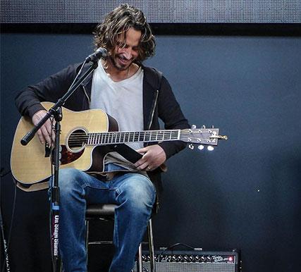 Chris Cornell con la sua Martin Guitar