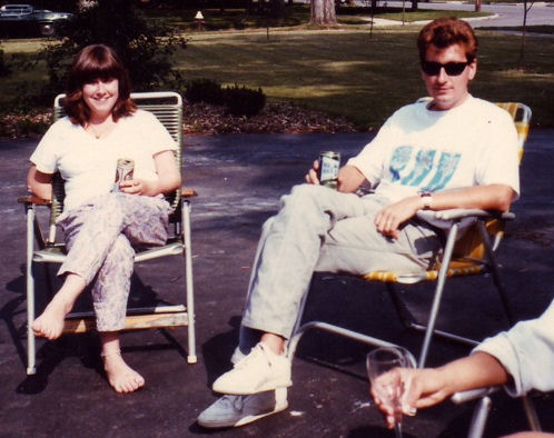 Erin e John bevono una birra insieme