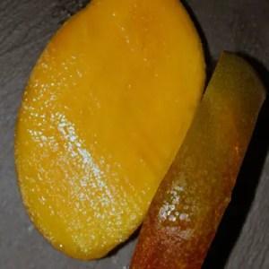 Découpage de la mangue fraîche