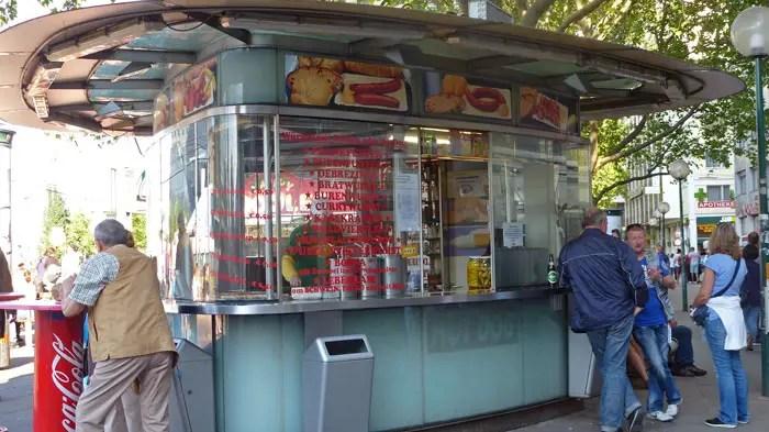 kiosque à l'arrête de tram