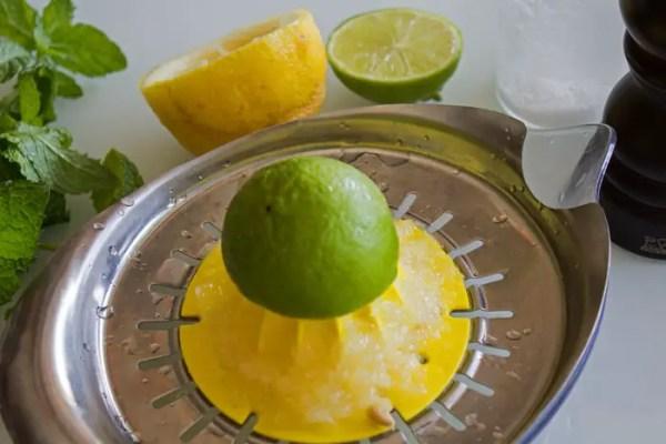 Presser les jus des citrons