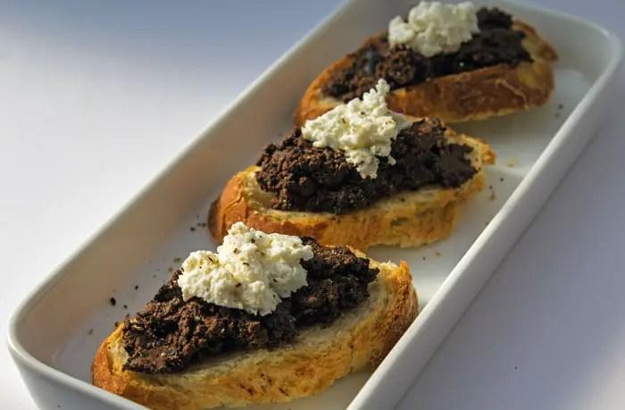 Toasts de tapenade à l'ingrédient secret