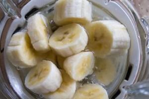 banane, eau et mixeur blender