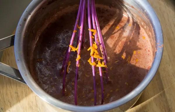 Dans une petite casserole à fond épais, verser le lait et la crème. Amener à ébullition, baisser le feu et délayer le cacao en poudre au fouet. Hors du feu, ajouter les zestes d'orange fraichement râpés. Attention à ne pas râper la peau blanche de l'orange.